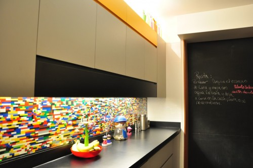 mattsbrickgallery:  Lego kitchen backsplash.  So tempting.