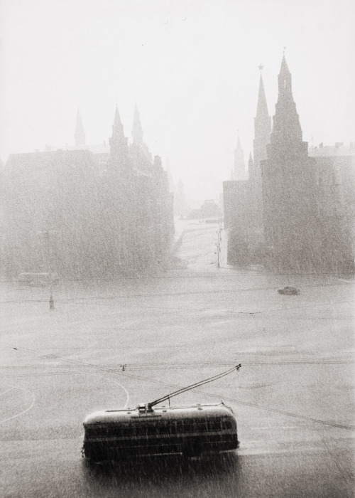 Tram passing the Kremlin on a rainy day photo by Lisa Larsen, ~1956