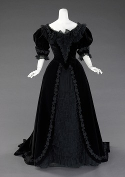 omgthatdress:  Dress ca. 1901 via The Costume Institute of the Metropolitan Museum of Art  I want this dress.