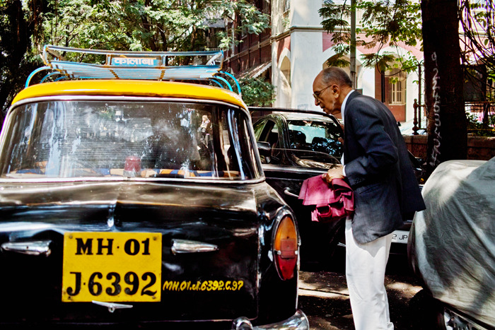 INDIA. Mumbai. Taking a cab. ⓒ Julie Mayfeng