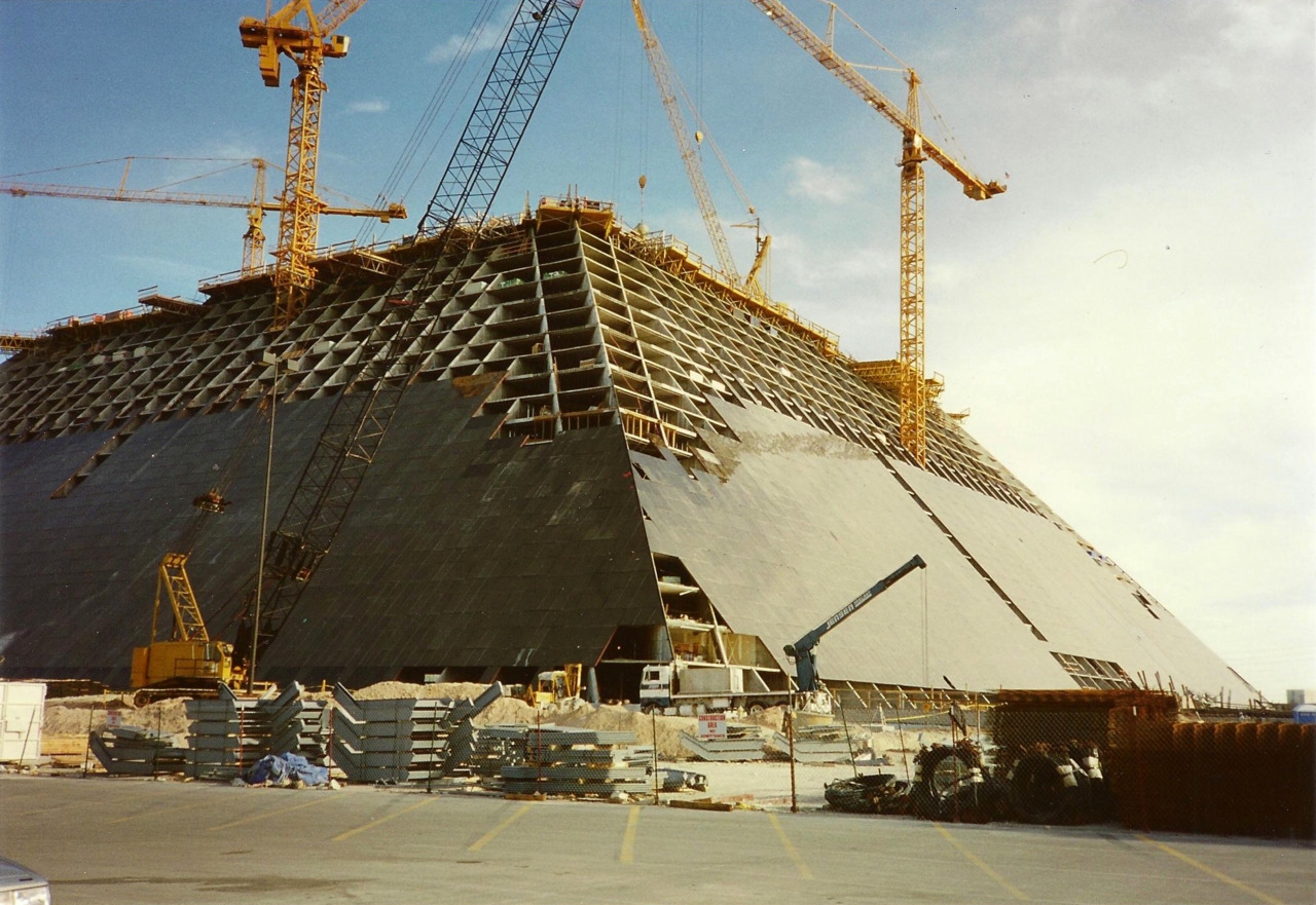 Construction of he Luxor Hotel and Casino in 1993, Las Vegas