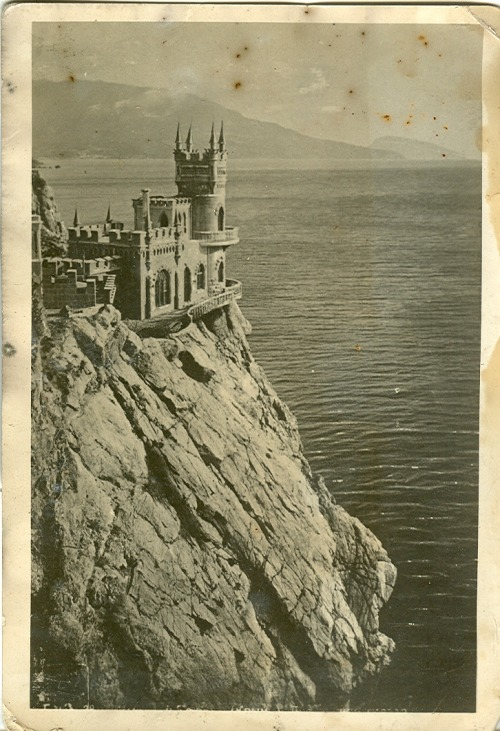 mirroir:  Swallow's Nest, a Neo-Gothic châteaux fantastique near Yalta (Crimea, Ukraine). 1930s.