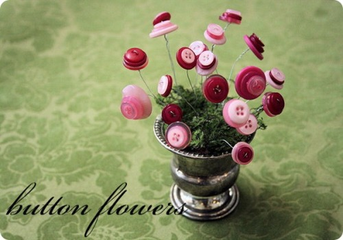 craftjunkie:  Button Flowers {How To} Adorable!! Found at: http://jonesdesigncompany.com  SO. Cute!