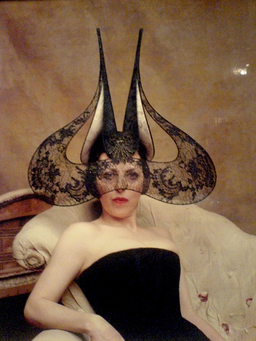 lindsayamberdesigns:  Isabella Blow in Philip Treacy
