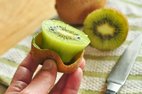 gastrogirl:  the fun way to eat kiwi.  —one of my favorite fruits.. :D