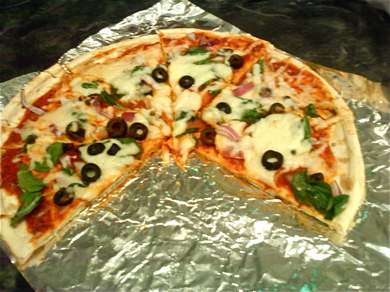 homemade vegan pizza. nomnomomnonmnomnom.