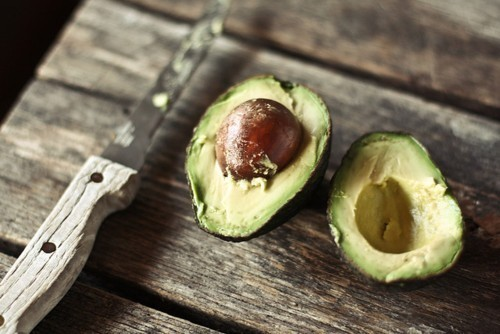 Did you know avocados offer amazing beauty benefits? Check out our easy DIY avocado recipes and see for yourself! (image via we heart it)