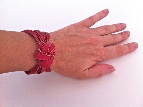 Make your own leather knotted cuff using this tutorial from {Inspiration and Realisation}