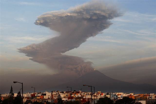 (via Volcano blasts tower of ash near Mexico City - World news - Americas - msnbc.com)