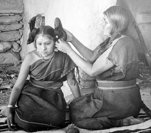 moononwaters:  hyphywifey:  differentrealms:  Hopi woman dressing hair of unmarried girl, 1900  Amazingggg <3  [image: Black and white of two hopi women, the older one fixing the Hopi girl's hair in a squash blossom fashion]