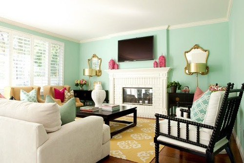 The color combination in this living room is INSANE!