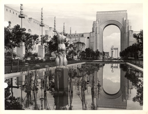 decoarchitecture:  Court of Reflections, Golden Gate International Exposition, San Francisco, CaliforniaHistoric 1940 Photo,  San Francisco Historical Photograph Collection Those things on the side look to me like giant shishkebabs. From the San Francisco Public Library's archive:  Siesta Pool in the Court of Reflections, Golden Gate International Exposition on Treasure Island Nestling between International Hall and the foods and beverages Palace,  the Court of Reflections, with its placid Siesta Pool, is one of the  beauty spots of the Golden Gate International Exposition and will be a  center of attraction to millions of visitors during the 1940 season.