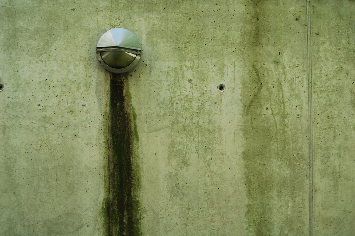 Concrete wall and lamp