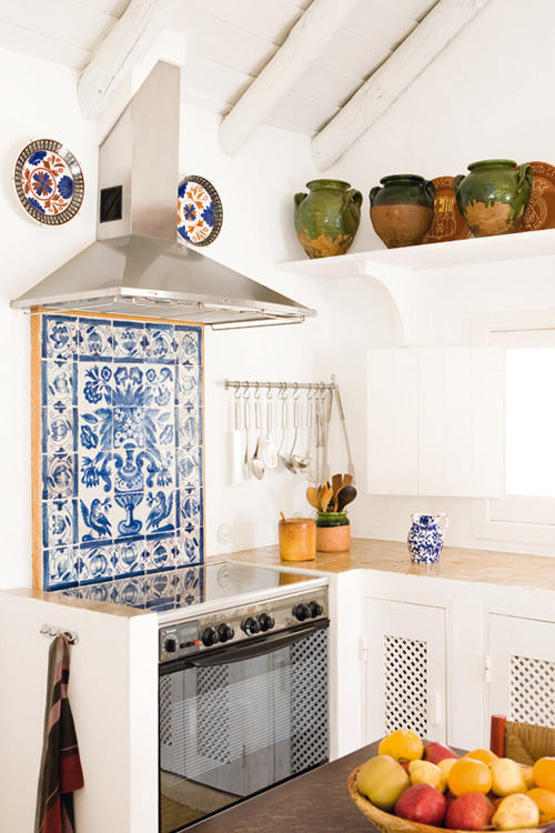 The splashback (via a beautiful home in the south of portugal | the style files)