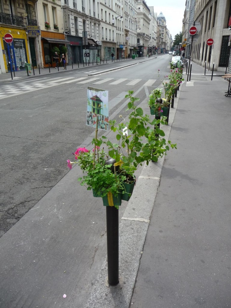 Via retropedalage:  (via Les Potogreen du 2ème arrondissement de Paris « Paris côté jardin)  Sweet urban gardening in Paris: the greening of bollards, placed in particular areas to prevent vehicular access.