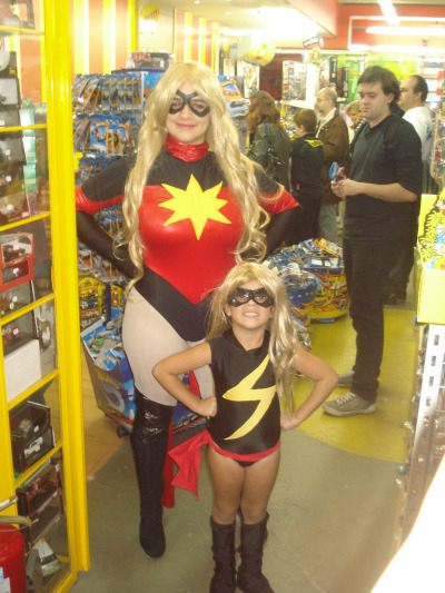 angelophile:  Ms. Marvel(s) at Marvel Day, São Paulo 2011. Photo by Fabrico Marvel. (Source)