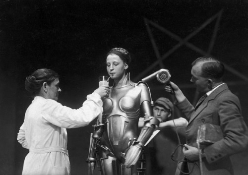 geeuh:  On the set of Metropolis (via)