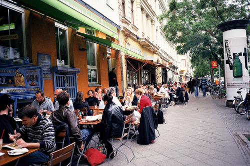 ellehelen:  Sidewalk dining, Bergmannstrasse, Berlin by chiaokovsky on Flickr.