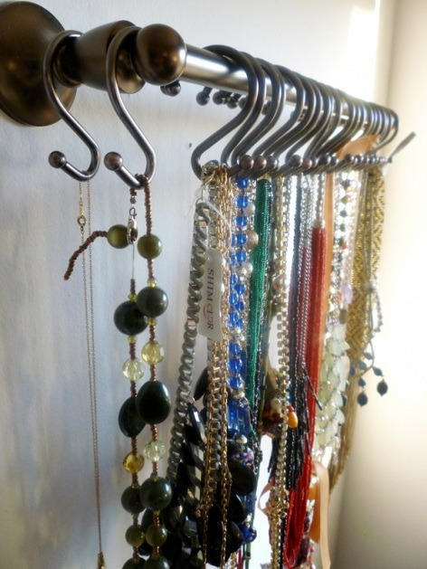 abetterjones:  homemadecrap:  DIY Necklace Organizer via A Full Measure of Happiness Towel Rod + Shower Hooks = No Necklace Chaos!  Might need to make this…