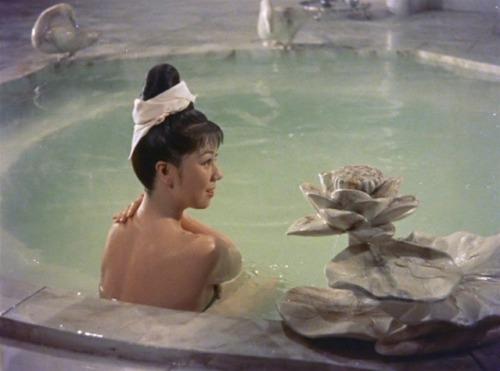 Yokihi (dir. Kenji Mizoguchi, 1955) *** Mizoguchi's vibrant first colour film, Yokihi (Imperial Concubine Yang/Yang Kwei Fei), recounts a Chinese legend in which a widowed Emperor falls in love with a beautiful young woman, setting into motion a tale of political intrigue.