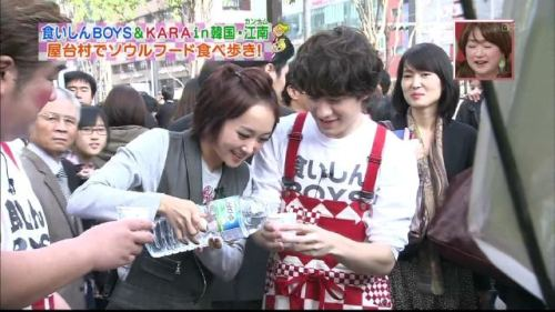 Cole being nice to Eiji Wentz!  woo-hoo!! WentzCole?  kekeke… they DO look good together  XD