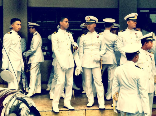 Spotted The Royal Malaysian Navy at a wedding reception.  Looking smart and well-dressed in uniforms, I wonder what brand of detergent they use to wash the uniforms :p~
