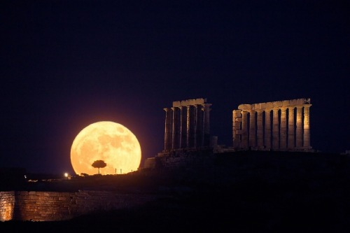 2008 June 20 Solstice Moonrise, Cape Sounion Credit & Copyright: Anthony Ayiomamitis (TWAN) Explanation: Today's solstice marks the northernmost point of the Sun's annual motion through planet Earth's sky and the astronomical beginning of the northern hemisphere's summer. But only two days ago, the Full Moon nearest the solstice rose close to the ecliptic plane opposite the Sun, near its southernmost point for the year. Astronomer Anthony Ayiomamitis recorded this dramatic picture of the solstice Full Moon rising above Cape Sounion, Greece. The twenty-four hundred year old Temple of Poseidon lies in the foreground, also visible to sailors on the Aegean Sea. In this well-planned single exposure, a telescopic lens makes the Moon loom large, but even without optical aid casual skygazers often find the Full Moon looking astonishingly large when seen near the horizon. That powerful visual effect is known as the Moon Illusion.