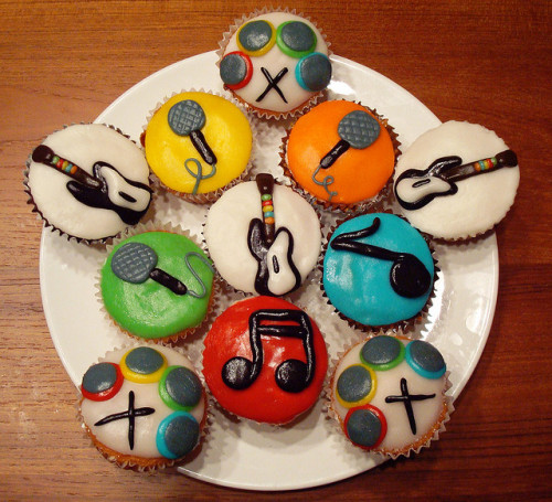 insanelygaming:  Rock Band Cupcakes // By: Katherine Masly Yumm.