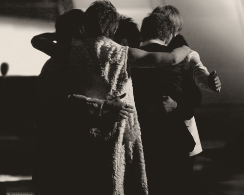 unnamedsong:  the way yunho hugs his members..