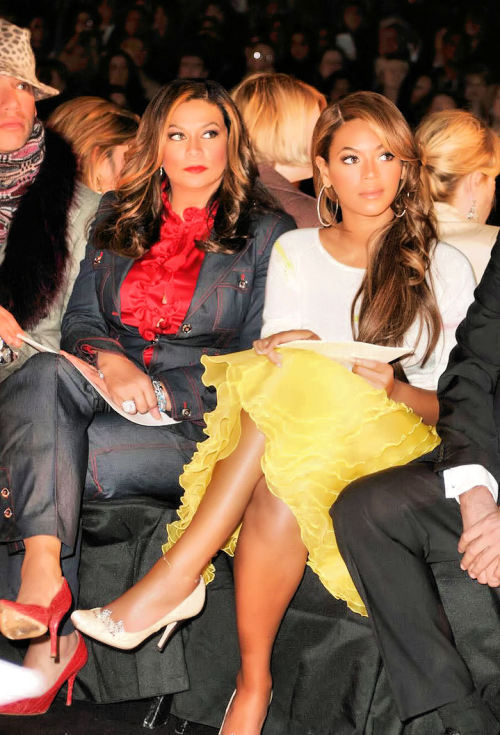 beyoncethegreatest:   Moment Captured: Mother & daughter, Tina & Beyoncé Knowles sitting front row at the Oscar De La Renta Fall fashion show in 2005.  She's so gorgeous, love her shoes also!