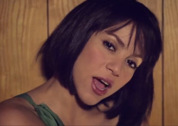 Shakira as a bobbed brunette…really like it.