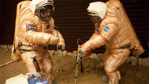mothernaturenetwork:  Astronauts pass one-year mark on fake mission to Mars aboard pretend spaceshipProject meant to study how human beings cope with the stress of confinement and flight in space for long stretches of time.