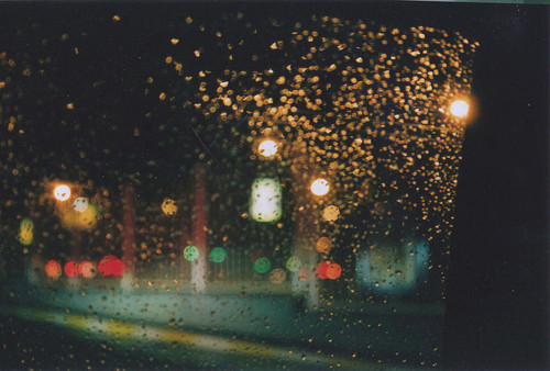 """""""E o que a gente faz com a saudade? Guarda no bolso ou atira pela janela? O que se faz quando se olha fotos, olha pra algum lugar que alguém muito importante esteve na sua casa, compra um livro, veste uma roupa e essas coisas te lembram muito alguém? O que a gente faz quando descobre que não foi tudo o que prometeu ser pra alguém? Ou esse alguém não foi tudo o que prometeu ser pra gente? Aí meu Deus, ando com uma saudade absurda ultimamente e não sei mais aonde enfiar ela. Quer metade dela? Eu te dou. Te dou se quiser inteira também. Não sei como coisas pequenas acabam com seu dia, e como coisas menores ainda podem salvar a sua noite. Tudo depende de algo. Necessariamente de alguém. Saudade. Saudade de tudo o que a gente foi, e não pode ser de novo. Saudade de tudo o que poderia ter acontecido e não aconteceu, de tudo que poderia ter dado certo, e não deu. Saudade de tudo o que quis muito ser pra você e não fui."""" Jaqueline Sampaio"""