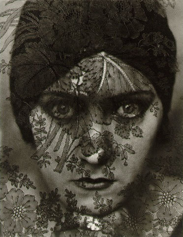 Gloria Swanson photographed by Edward Steichen in 1924 (via Masters of Photography: Edward Steichen)