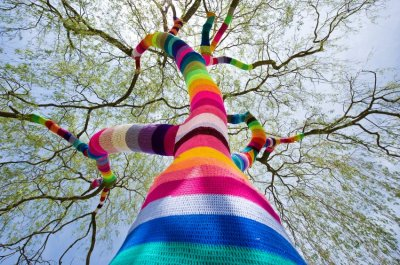 treeporn: conflictingheart: Yarn bombing is so cool.