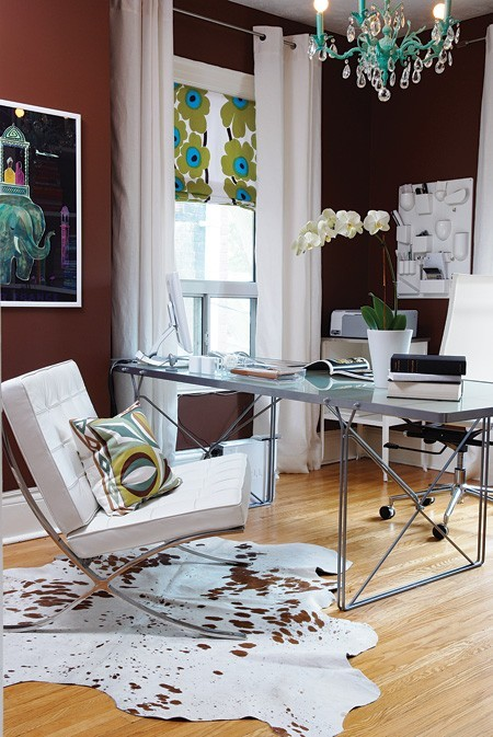 A sleek office with lots of sass and chic-ness. Loving that it of Merimekko on the roman shade.