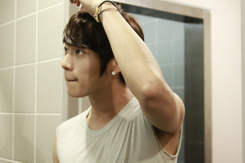 Doojun adjusting his hair ~ aigooooo. so handsome