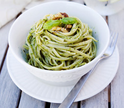 The pesto queen is intrigued: findvegan:  Spinach Walnut Pesto Pasta