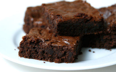 thinkhealthynotskinny:  100 CALORIE BROWNIES!  Healthy Brownies- Good House Keeping (:  1  teaspoon instant coffee powder or granules   2  teaspoons vanilla extract   1/2  cup all-purpose flour   1/2  cup unsweetened cocoa   1/4 teaspoon baking powder   1/4 teaspoon salt   1 cup sugar   1/4 cup trans-fat free vegetable oil spread   3 large egg whites  Combine dry ingredients, combine wet ingredients. Mix togethor and cook for 22-24 minutes at 350 degrees (: They were YUMMMY.  Nutrition: 95 calories (per brownie), 3 grams of fat, 17 grams of carbs, 1 gram of fiber, 2 grams of protein!