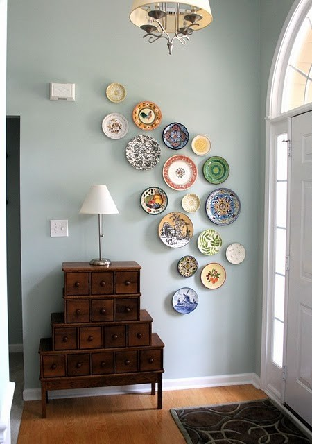 again, love the look of plates on a wall. such a pretty way to display a china collection. heartbeatoz:  (via staci edwards blog :: {inspired by life}: {Inspiration - Entry})