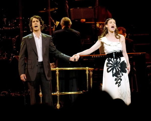 OH COME ON! seriously????? Josh & Idina??!? this much talent in one picture should be illegal. but, goddamn, i love them.