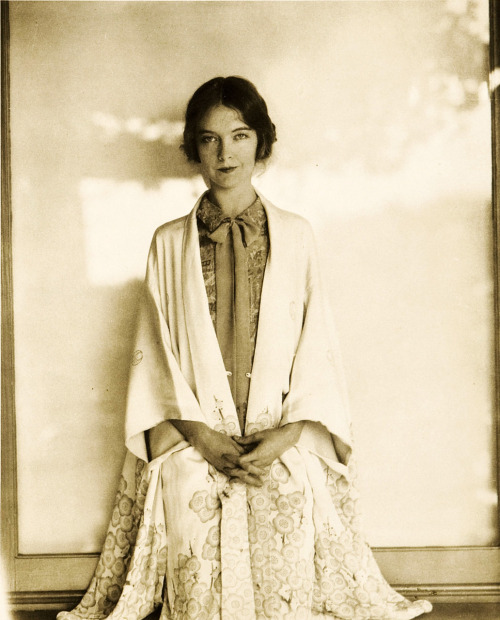 theyroaredvintage:  Lillian Gish, 1930s. We love what she's wearing
