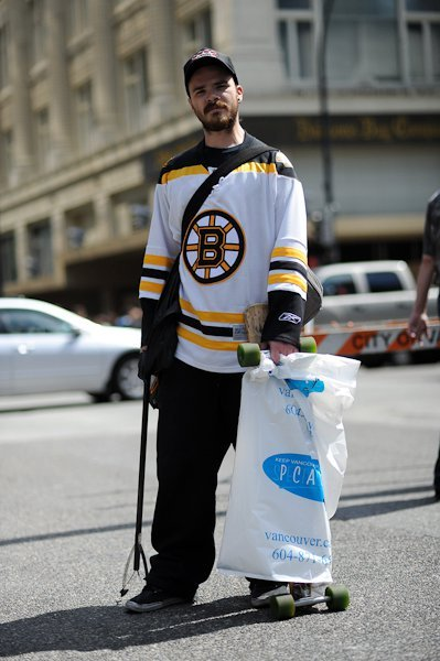 thechromaticscale:  I saw some Boston fans helping out with the post-riot cleanup downtown, and I was so touched. I am aching and sore from scrubbing walls for four hours, but I am so glad that I got to experience the beauty of Vancouver, including the love and solidarity of those who wanted to preserve it… whether inhabitants or not. (photo credit: 2011 ANDY FANG PHOTOGRAPHY)