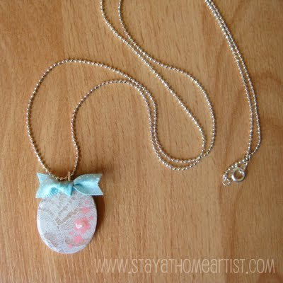 (via Stay-at-Home Artist: lace overlay pendant tutorial…)