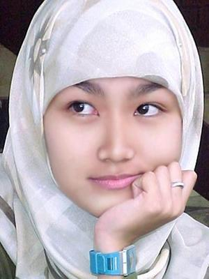 Hazara girl from Quetta, Pakistan. Descendants from Genghis Khan's army. (via universalbeauty)  Follow us on Facebook | Twitter or Submit something or Just Ask!