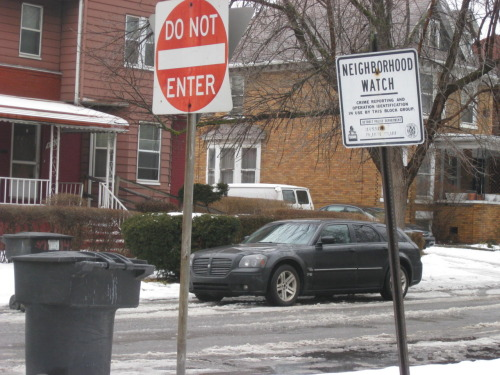 laughingsquid:  Neighborhood Watch Group Uses GroupMe to Stop Crimes as They Happen  fantastic idea