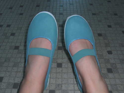 $5 white shoes painted teal in 30mins~