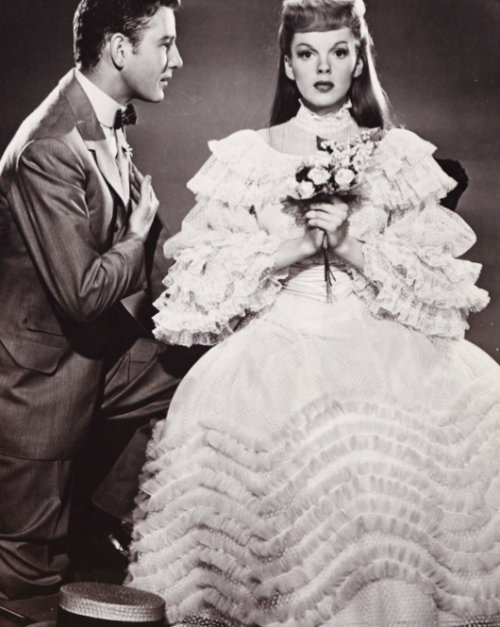 vintageprecious:  ragtimeband:   Judy Garland and Tom Drake, Meet Me in St Louis