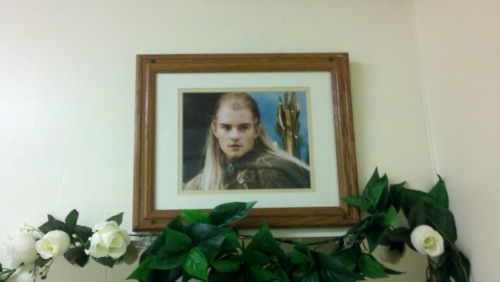 beersforfears:  a framed picture of legolas in the girl's bathroom at this sushi place