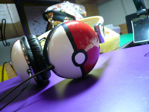 wickedclothes:  Gotta hear 'em all! These Pokeball headphones were made using Zumreed ZHP-005 headphones, Molotow Paint Markers, and lots of love for Pokemon.